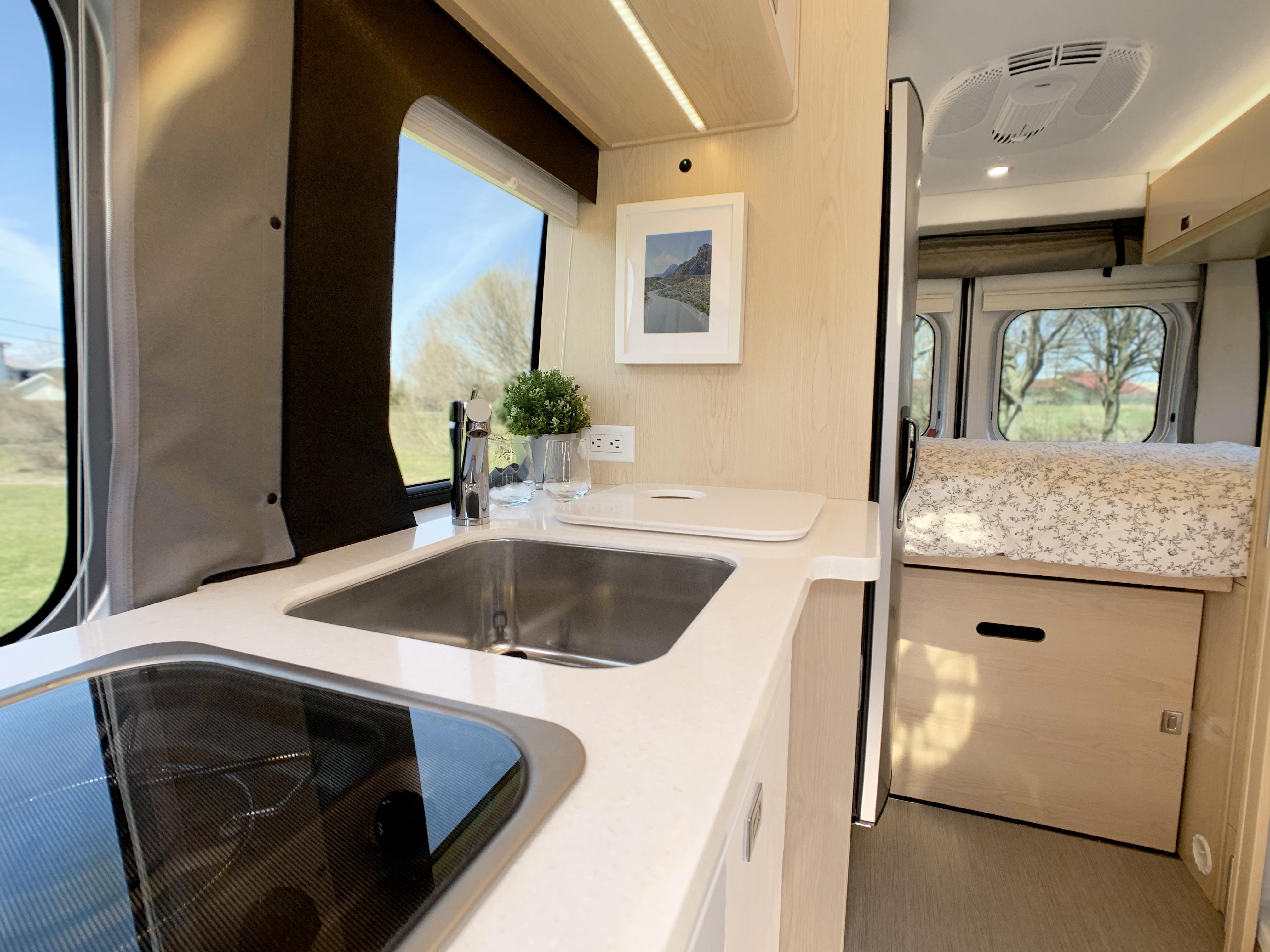 Panoramic RV - Equipped kitchen 2